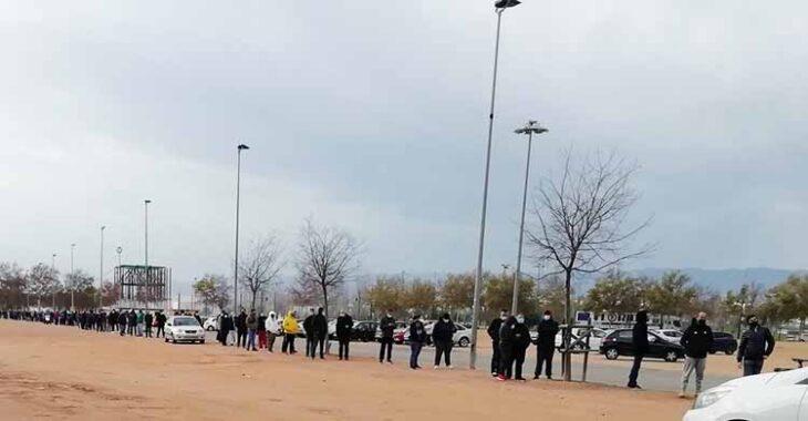 La cola formada a esta hora de la tarde en las taquillas de El Arcángel ante el nuevo reparto de entradas para el partido ante el Getafe.