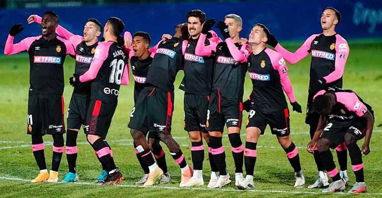 Ibrahim Diabate junto a sus compañeros del Mallorca durante la tanda de penaltis del miércoles ante el Fuenlabrada.