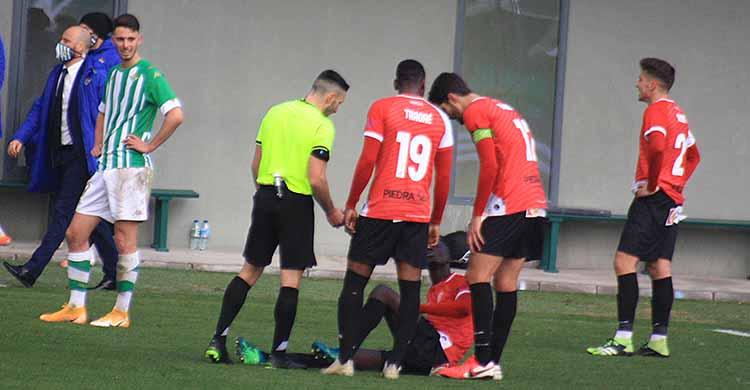 Djetei tras producirse la elongación en el partido ante el Betis Deportivo.