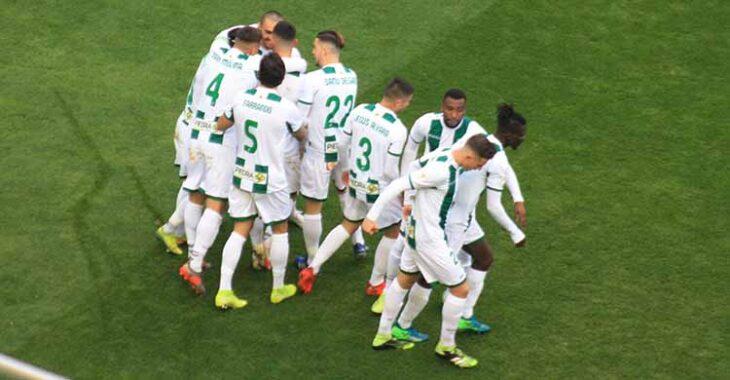 La piña que formaron los jugadores del Córdoba para celebrar el gol de Willy.