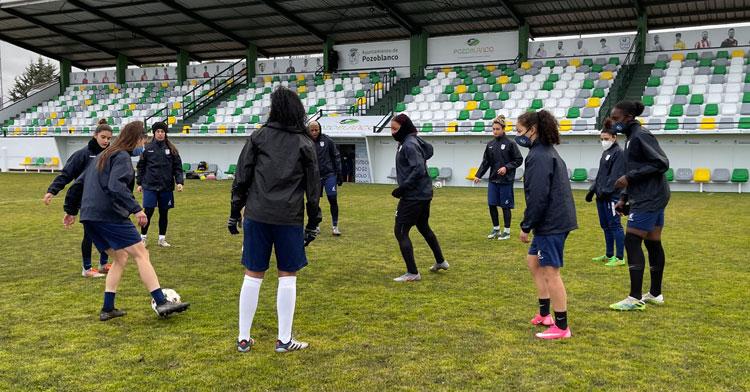 Las jugadoras de Manuel Fernández ejercitándose en el Municipal. Foto: CD Pozoalbense Femenino