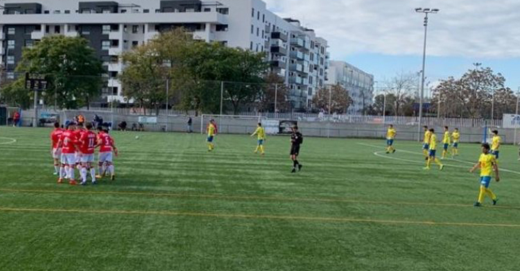 El contraste entre la alegría rojilla y la resignación amarilla en el derbi. Foto: Atlético Espeleño