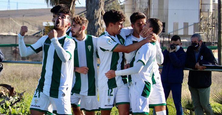 Los jugadores del Córdoba B celebrando su triunfo ante el Gerena.