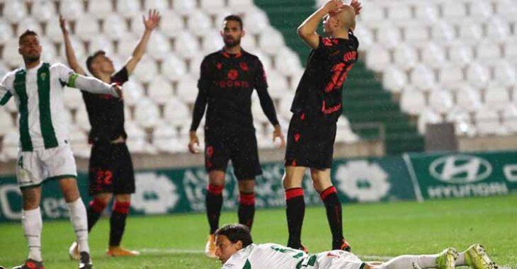 Guridi se lamenta tras fallar una gran ocasión, con Farrando sobre el verde tras salvar el gol realista.