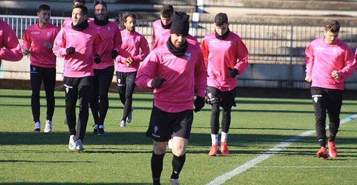 Javi Flores esta mañana haciendo carrera continua en la Ciudad Deportiva, con todos sus compañeros al fondo con leggins.