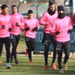 Irreconocible. Javi Flores, bien abrigado contra el frío, encabeza el grupo junto a Oyarzun y el neerlandés Sidoel.