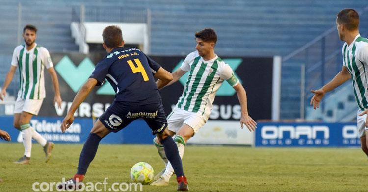 Javi Flores en el partido ante el UCAM de la temporada pasada, en el que fue el goleador blanquiverde. Foto: CCF