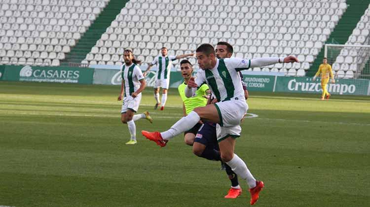 El Córdoba casi que no dio pie con bola ayer, como Jesús Álvaro en este momento del partido. Autor: Paco Jiménez
