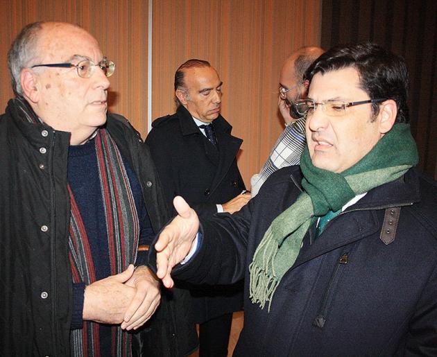 Jesús León departiendo con Paco Rojas, con Luis Oliver al fondo.