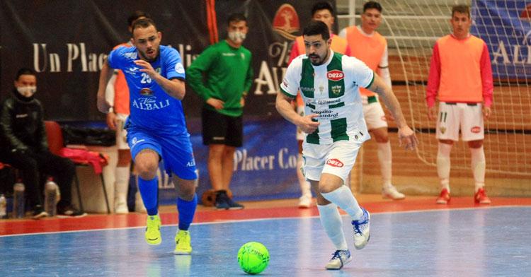 Jesús Rodríguez persigue la pelota ante un jugador del Valdepeñas