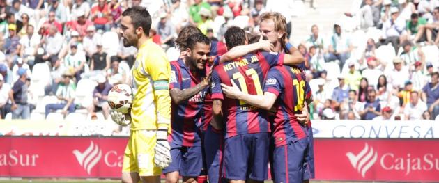 Compungido. Juan Carlos se lamenta tras unos de los ocho goles encajados ante el Barcelona de Messi que celebra al fondo la contundente victoria.