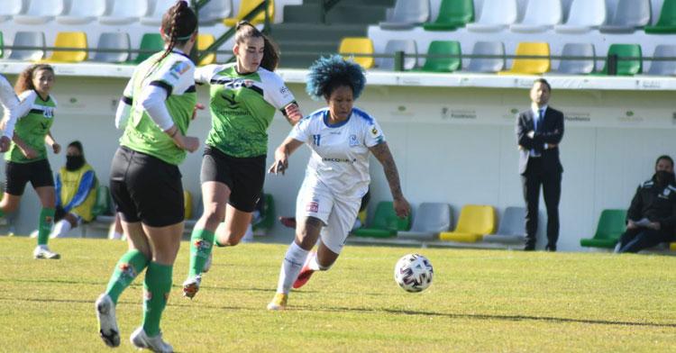Karla Riley, con nuevo look, buscó con insistencia pero sin suerte el gol. Foto: CD Pozoalbense Femenino