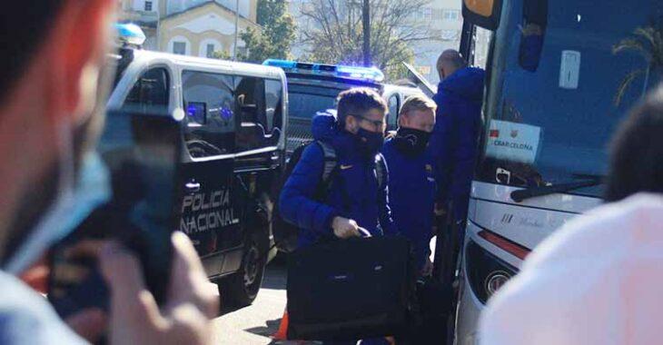 Ronald Koeman no se acercó a las vallas de los aficionados blaugranas que esperan un autógrafo del técnico del Barça.