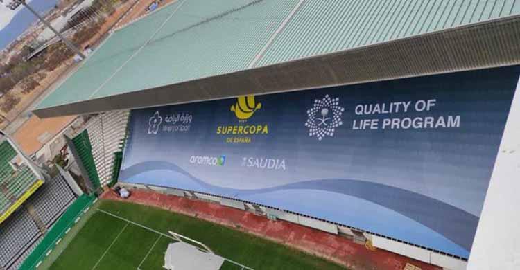 La lona que la Federación Española ínstalas esta mañana en la grada del Fondo Norte de El Arcángel de cara a la disputa del partido de la Supercopa entre Real Sociedad y Barcelona.