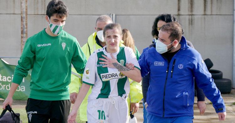 María Lara marchándose a vestuarios en el partido ante el Juan Grande. Foto: Antonio Quintero