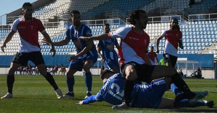 Miguel de las Cuevas cae sobre un rival.