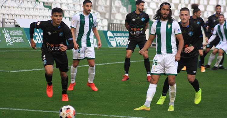 Mario Ortiz pasa el balón ante la llegada de un jugador de El Ejido.