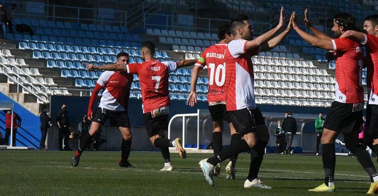 Mario Ortiz celebrando con Carlos Valverde el gol de Willy que los festeja al fondo con Álex Robles.