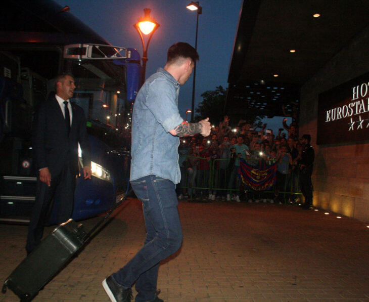 Leo Messi saludando a la multitud de aficionados a su llegada al hotel Eurostar Palace de Córdoba.