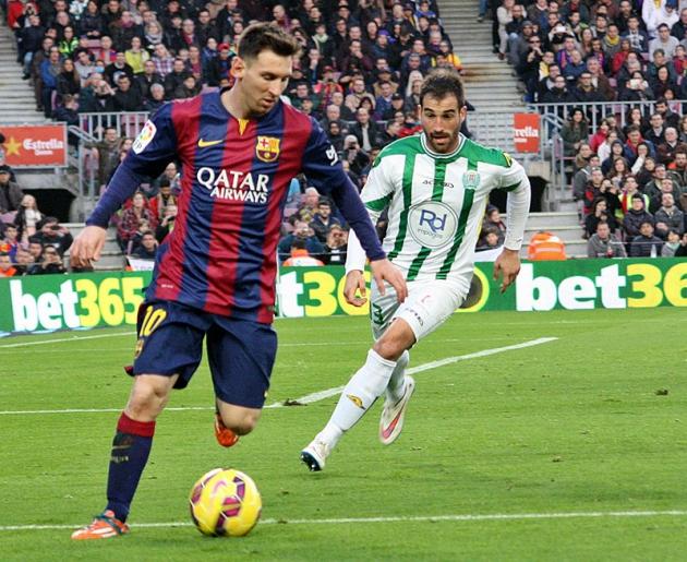 Messi controla el balón ante la llegada de Edu Campabadal.