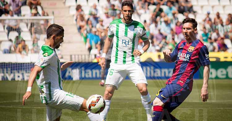 Messi busca un balón dividido con Fidel y Luso de fondo.