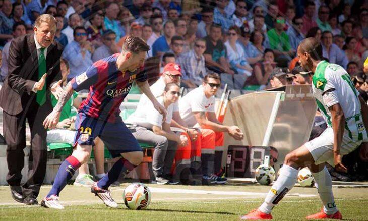 Messi encarando a Edimar en El Arcángel con el técnico del Córdoba, José Antonio Romero, en la bada aplaudiendo a su jugador.