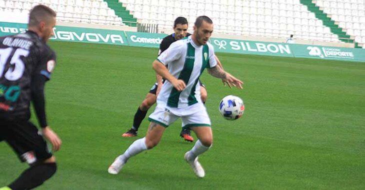 Moutinho intenta controlar el balón entre dos jugadores de El Ejido.