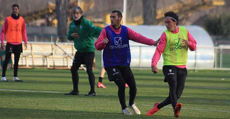 Moutinho fija a Manu Farrando con Pablo Alfaro al fondo.