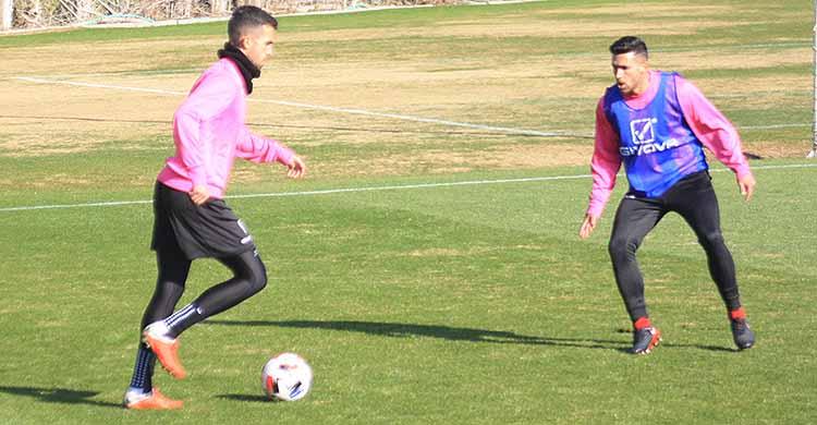 Alain Oyarzun encarando a Álex Robles en uno de sus últimos entrenamientos con el Córdoba CF.