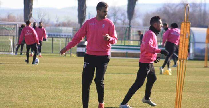 Alain Oyarzun entrenando esta mañana junto a Carlos Valverde en el campo pequeño de la Ciudad Deportiva.