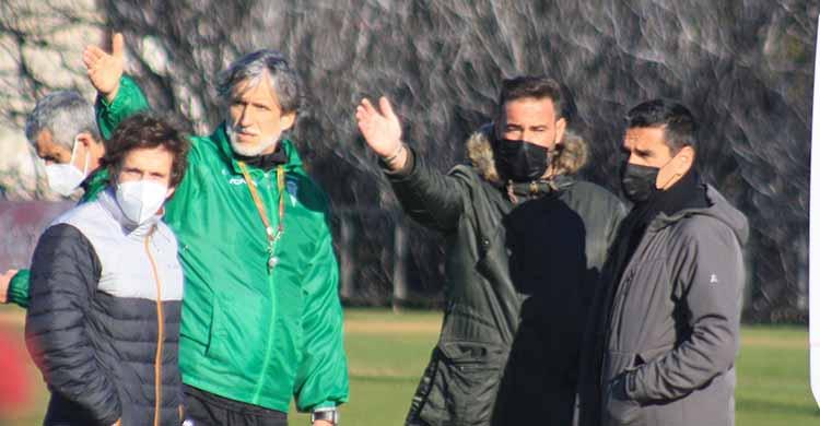 Pablo Alfaro y Julio Cruz señalan en el horizonte con Raúl Cámara y Juanito atentos.