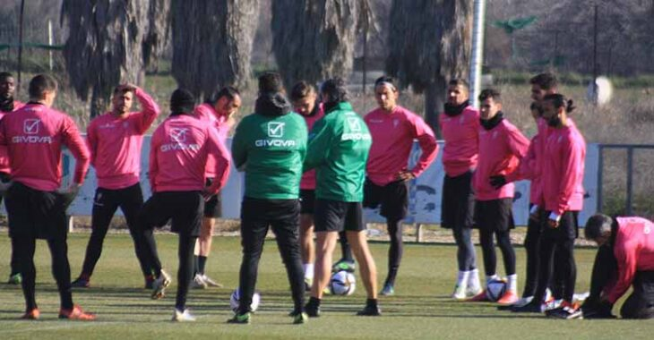 Pablo Alfaro dirigiéndose a sus jugadores esta mañana.Pablo Alfaro dirigiéndose a sus jugadores esta mañana.
