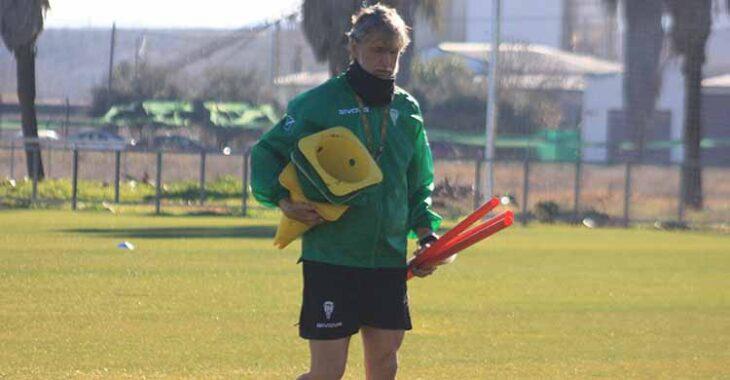 Pablo Alfaro portando conos y picas en la Ciudad Deportiva.