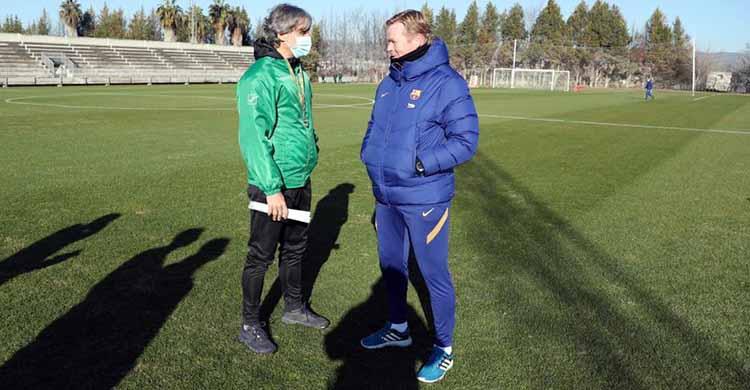 Reencuentro. Pablo Alfaro y Ronald Koeman departiendo esta mañana en la Ciudad Deportiva.
