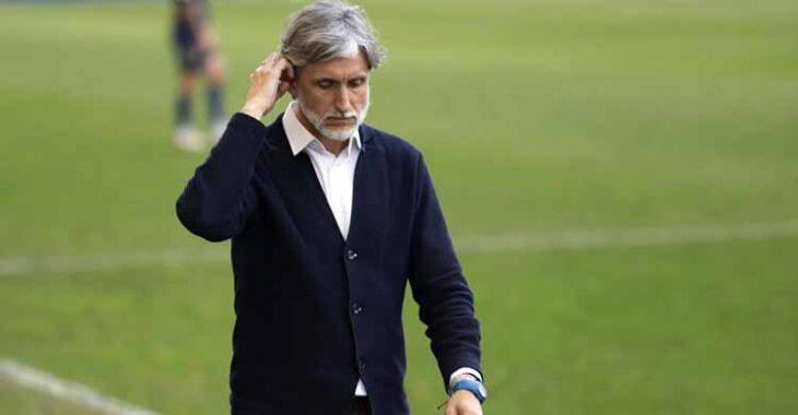 Pablo Alfaro tocándose el pelo a la conclusión del partido.