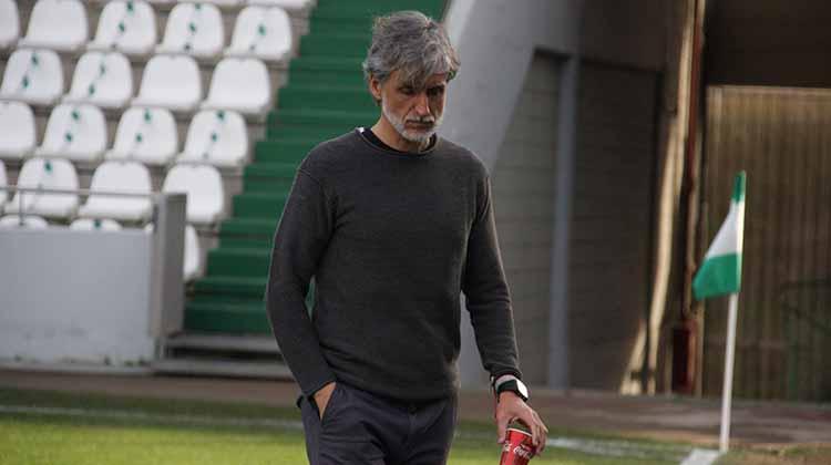 Pablo Alfaro meditabundo en un momento del partido contra el Yeclano. Autor: Paco Jiménez