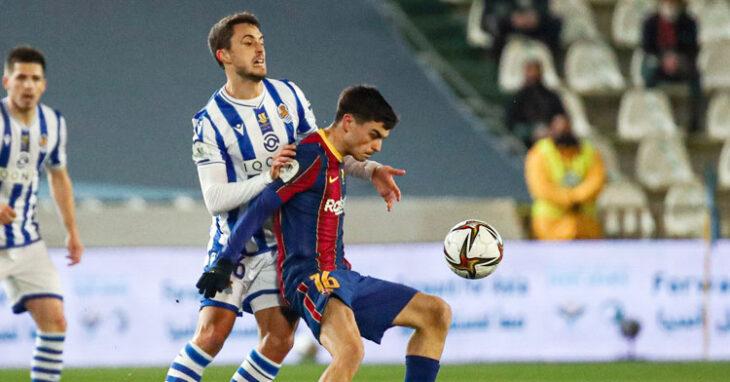 Pedri protege el balón ante un jugador de la Real Sociedad.