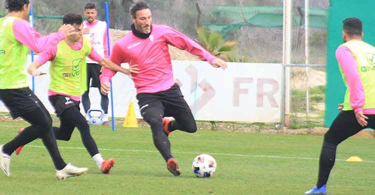 Piovaccari antes de empalar el balón perseguido por Luismi.