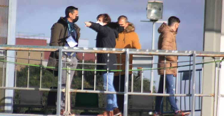 Raúl Cámara señalando a Juanito, con Rafa Sánchez a sus espaldas la ubicación del vestuario del Córdoba CF desde la espalda de la grada del campo 1 de la Ciudad Deportiva Luis del Sol.