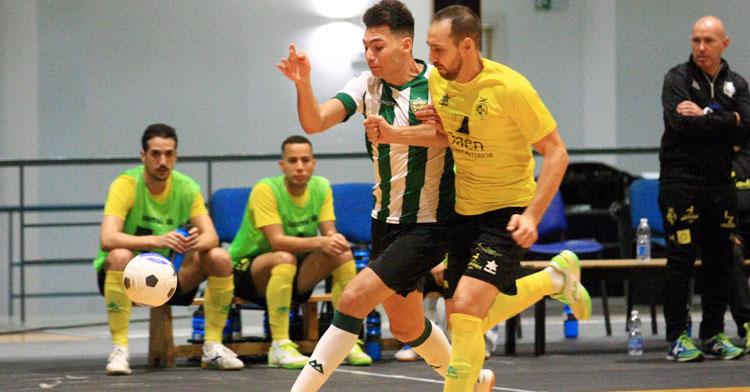 Ricardo peleando con un jugador de Jaén en la final de la Copa de Andalucía.