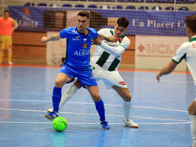 Ricardo Mayor peleando en el partido de Valdepeñas. Foto: Córdoba Futsal