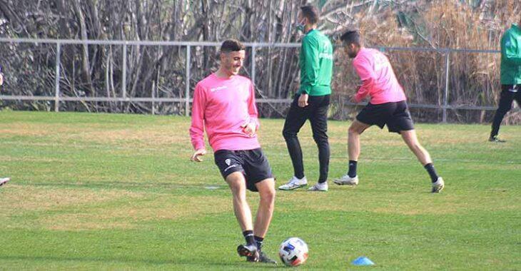 Alberto Ródenas tocando el balón siempre con una sonrisa en su rostro en su premiere con el Córdoba.