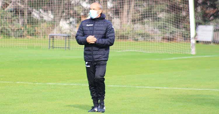 Sabas y su paseíllo final en la Ciudad Deportiva tras su último entrenamiento como técnico del Córdoba CF.Sabas y su paseíllo final en la Ciudad Deportiva tras su último entrenamiento como técnico del Córdoba CF.