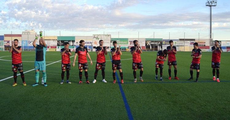 Los jugadores del Salerm aplaudiendo a su afición en el Polinario. Foto: Tino Navas / @SalermPG
