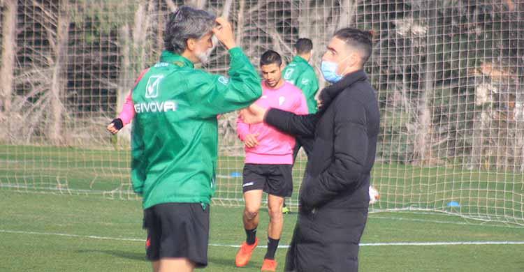 Samu Delgado gesticulando en su charla con Pablo Alfaro que se tocaba su cabeza.