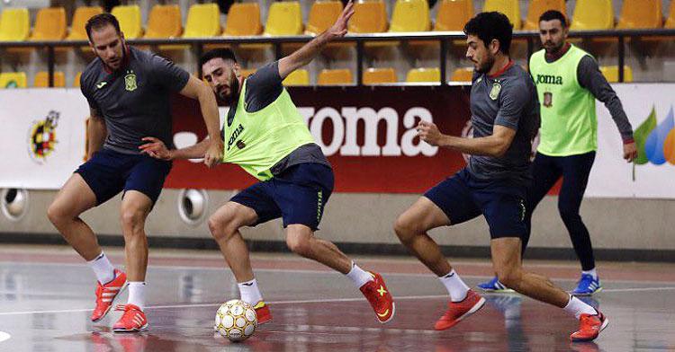 Solano, a la izquierda, en uno de los entrenamientos de la selección. Foto: @Sefutbol