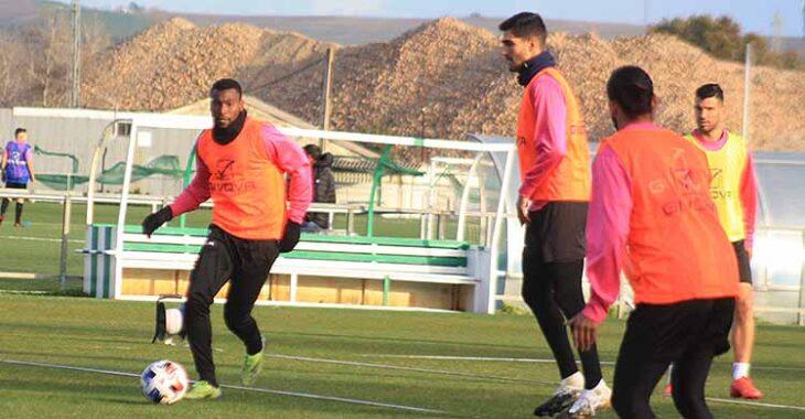 Djak Traoré circula con el balón ante Bernardo.