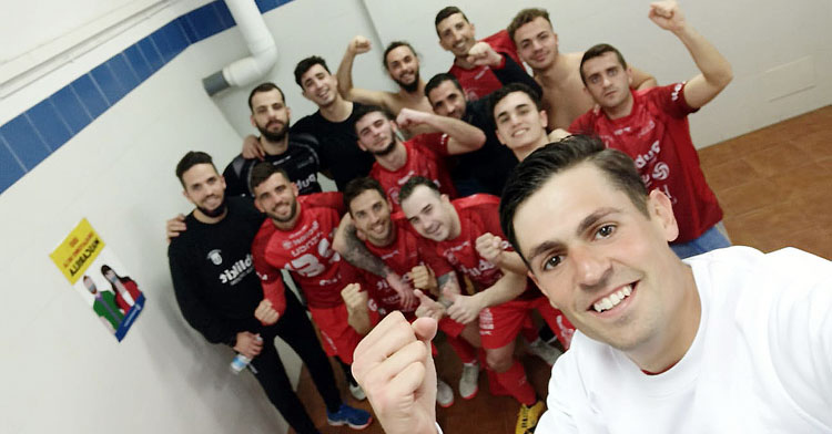 El 'selfie' de la victoria de los rojillos en Jerez, encabezado por Cristóbal, bigoleador
