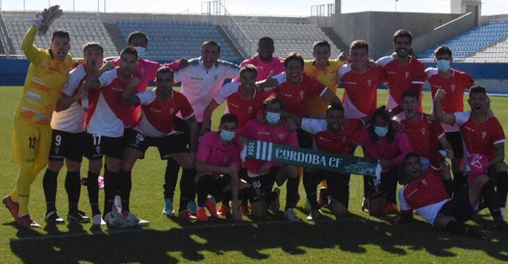 Los jugadores del Córdoba CF celebrando el triunfo en Lorca que les acerca al liderato.