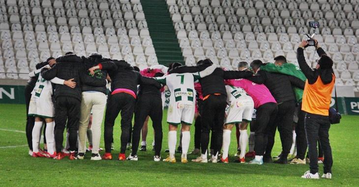 Alegría. Los jugadores del Córdoba CF volvieron a formar la piña inicial tras reencontrarse con el triunfo.